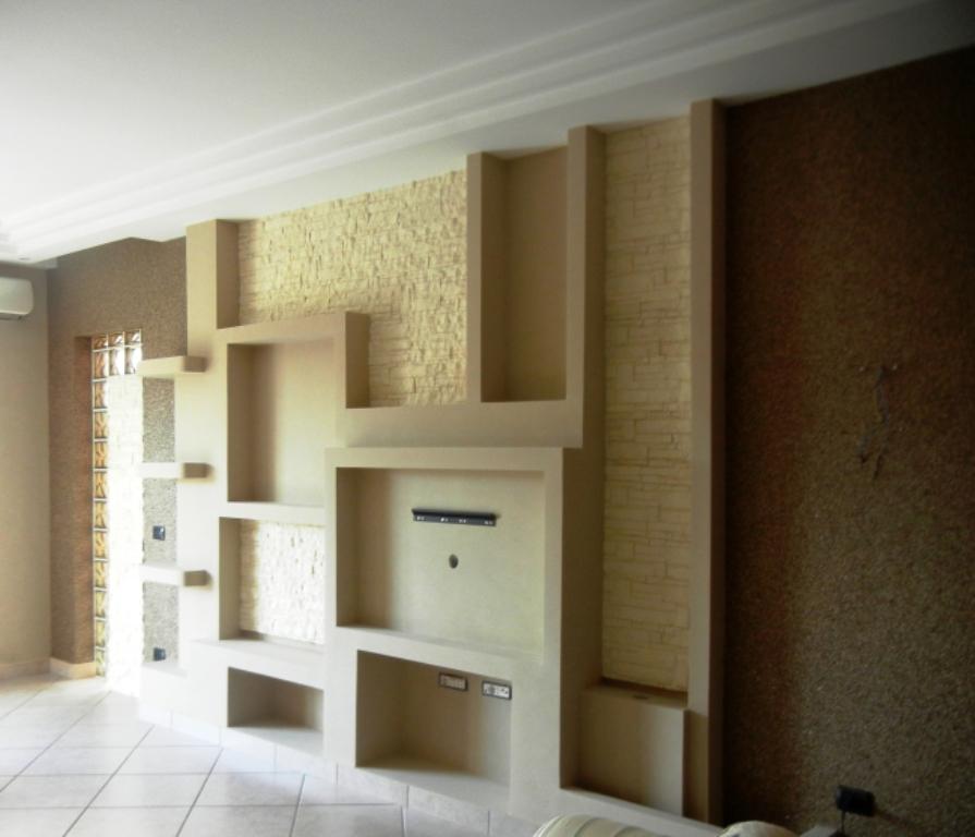 Piastrelle parete soggiorno cucina grigia e pareti for Pannelli per cucine al posto delle piastrelle